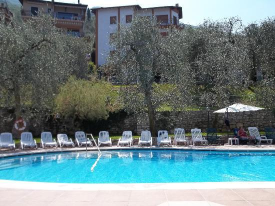 Hotel Rely: The pool, also open at night.