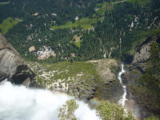 Yosemite Falls: ヨセミテ滝を頂上からのぞいたところ