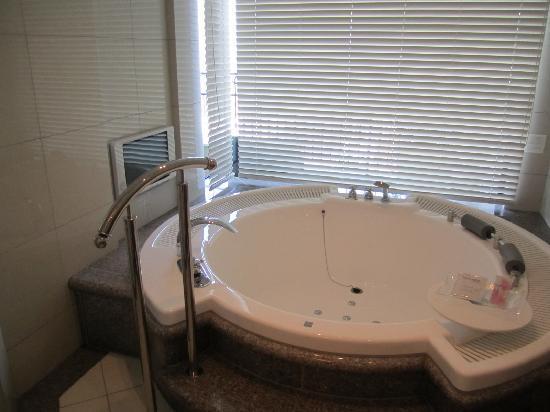 ホテル ラ・スイート神戸ハーバーランド, このお風呂は最高。テレビも付いています。