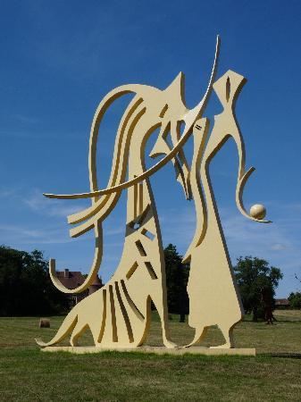 La Maison du Lac: Skulpturen in nahen Park von Chateau Fougis