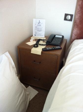 "Hotel La Perouse: Nachttisch ""eng"" Ikea-Möbel"