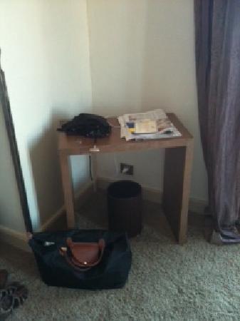 Hotel La Perouse: Konsole (Ikea-Möbel)