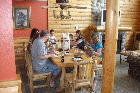 Grizzly Jack's Grand Bear Resort: Luxury Cabin Eating Area