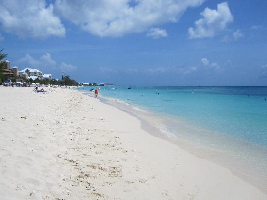 Sunshine Suites Resort : The beach near Sunshine Suites