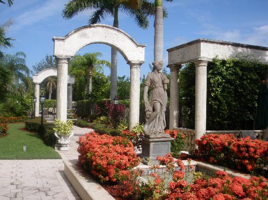 Hampton Inn Palm Beach Gardens: A view from the gardens to the pool