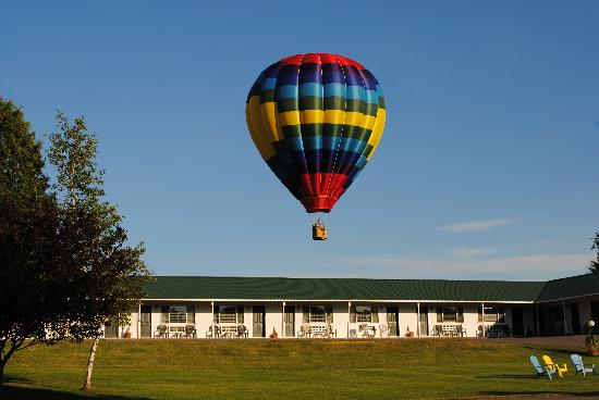 Rock Ledge Motel : catch a ride in a balloon while in the 1000 Islands