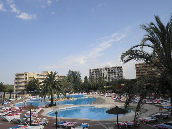 La piscine picture of club cala romani calas de majorca for La piscine review