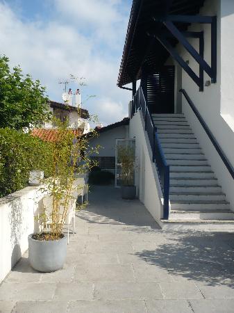Hotel Villa Goxoa : Escalier et coin petit déjeuner les beaux jours