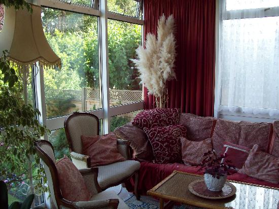 Arden House Bed & Breakfast Bexhill: Relaxing sitting area in the conservatory