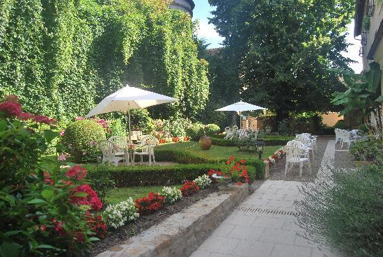 Logis Grand Hotel Montespan Talleyrand : The Courtyard