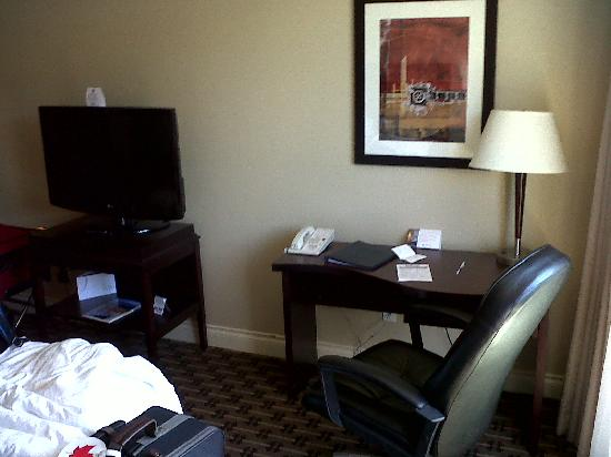 Park Inn & Suites by Radisson: Big TV and desk