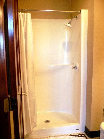 Hotel Ruby Marie: Shower