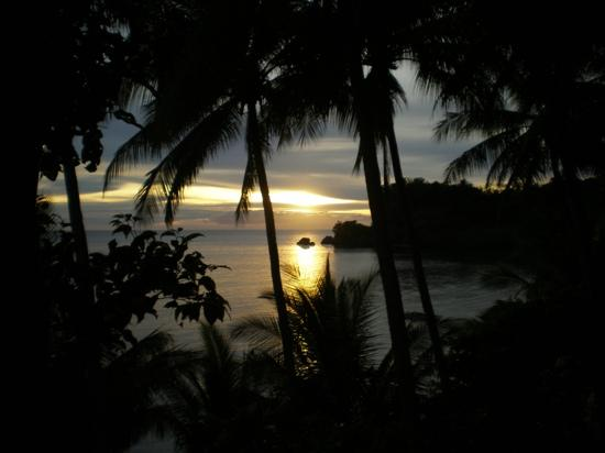 Cove Paradise Beach & Dive Resort: Sunset from our cliffside cottage at Monarch Sands