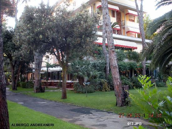 Hotel Andreaneri: l'albergo visto dall'ingresso giardino