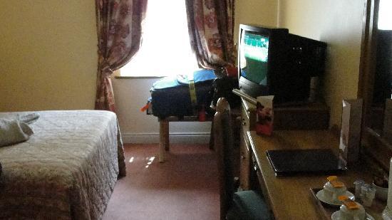 تمبل جيت هوتل: Decent size room with good bed