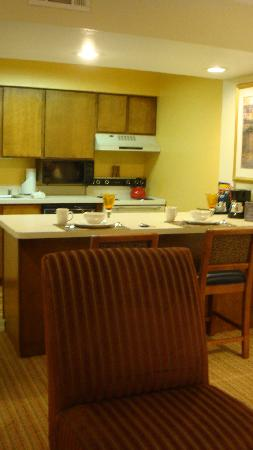 Chase Suite Hotel Newark: Looking to the kitchen (old cabinet but clean)