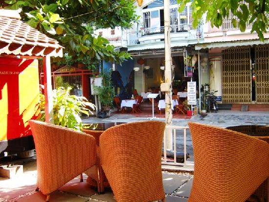 Thien Nga Hotel: Outdoor breakfast area with shaded views of Ba Trieu.