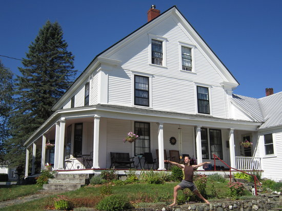 Sewall House Yoga Retreat: Yoga in front of the Sewall House