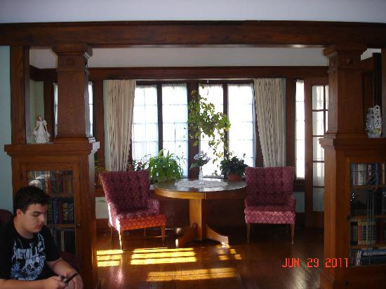 Triangle Ranch Bed & Breakfast: View of lovely sunroom off of the living room