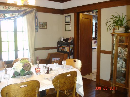 Triangle Ranch Bed & Breakfast: View of the dining room