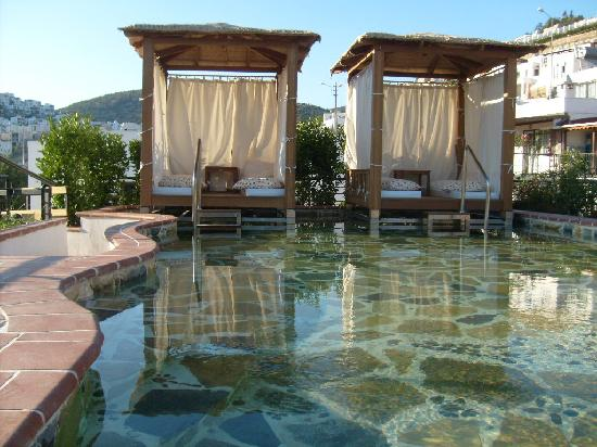 El Vino Hotel & Suites: Wading pool with cabanas