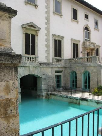 Vizcaya Museum and Gardens: Pool and gift shop