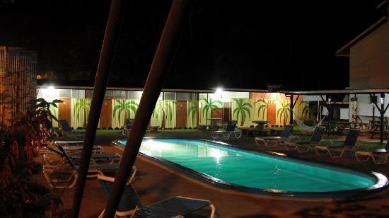 El Faro Beach Hostel : Piscina al lado de las cabinas, frente al bar