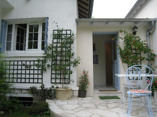 Marie et Gilbert Therin B&B: Entrance to our room