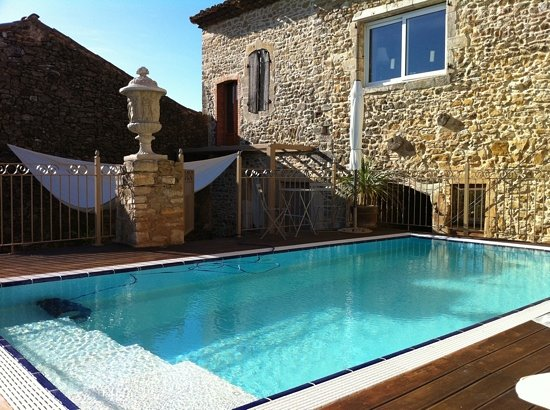 Saint-Christol-de-Rodieres, Francja: The pool and sundeck