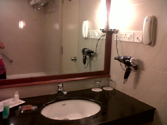MGM Mark Whitefield Hotel: small but good bathroom