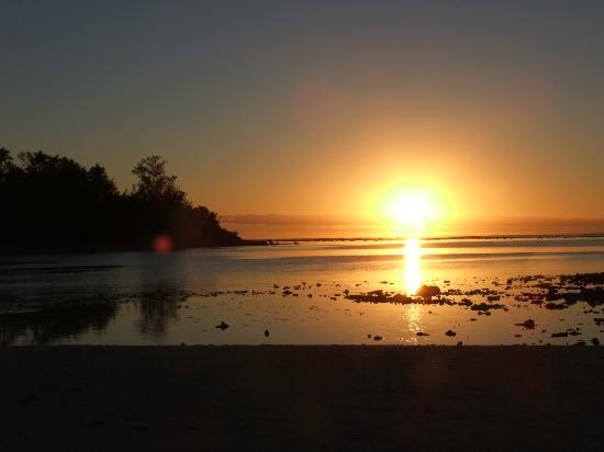 Muri Beach Club Hotel: Sunrise over the lagoon