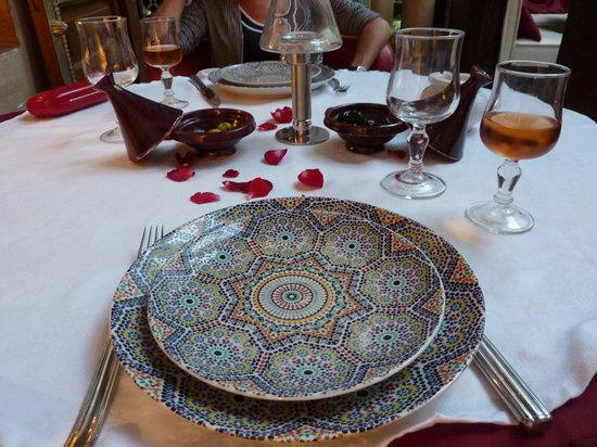 Dinarjat: Table set up