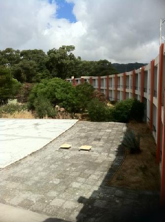Hotel Atlantis Sintra Estoril: jardines secos y descuidados