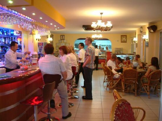 Titanic Restaurant Steakhouse: The bar area