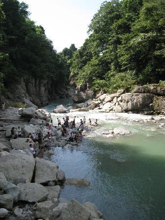 Watagadaki Falls: 滝水と合流した手取峡谷の流れ