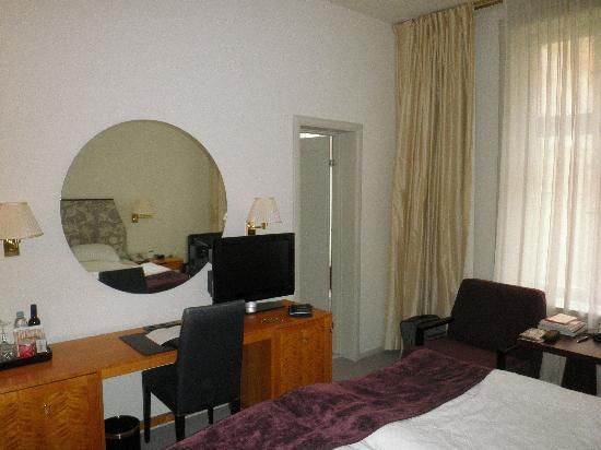 Hotel Diplomat: Double Room and bathroom