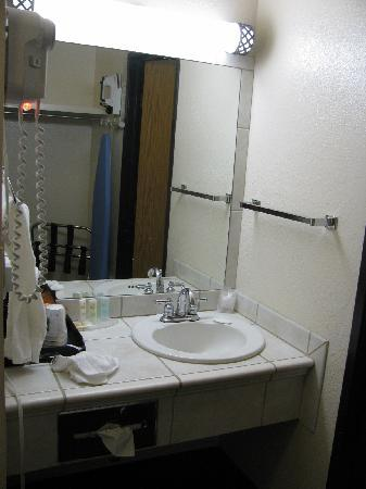 Quality Inn & Suites: Bathroom Sink