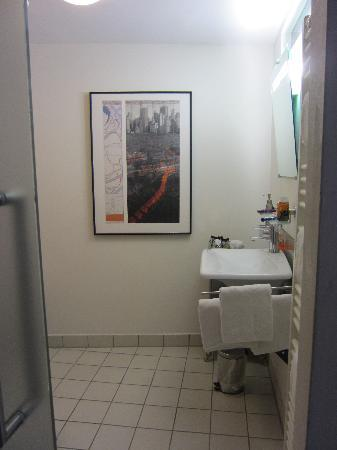 Das Schmale Haus: bathroom