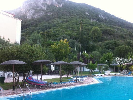 Corfu Senses Resort: ROCK FACE OVER LOOKING POOL