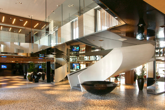 Hotel Yasmin Kosice: Stylish lobby.