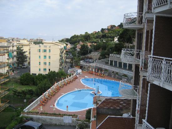 Hotel Paco: Blick vom Balkon auf den Pool und im Hintergrund das Meer