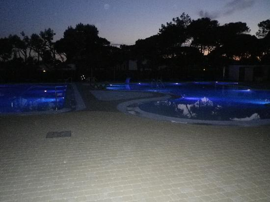 Vela Blu Camping Village : piscina by night