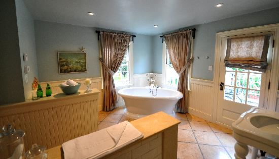 The Pebble Bed & Breakfast: The Pebble Suite bath