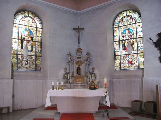 Jozefskapelle: altar and lateral stained glass windows