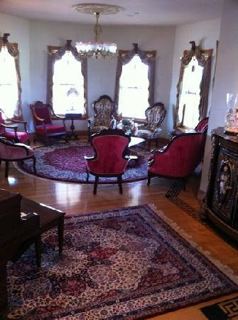 Hurst House Bed & Breakfast: The living room