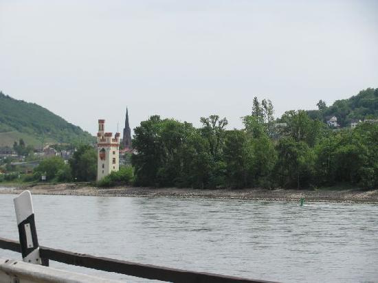 Der Binger Mauseturm: seen from the enbankement near the Museum am strom