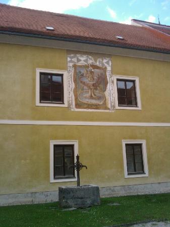 Stift Neuberg : Sonnenuhr und Brunnen