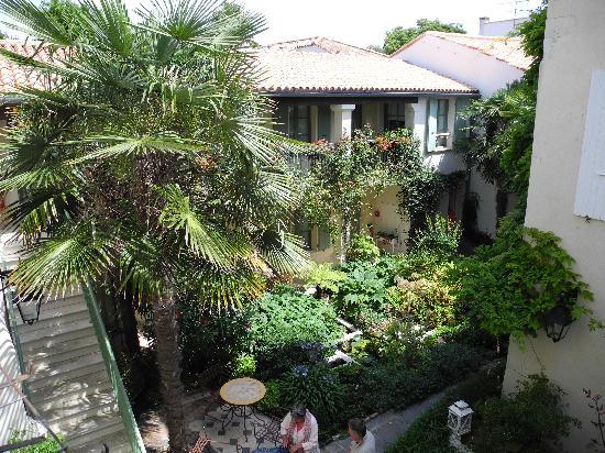 Hotel de Toiras: Jardin intérieur vu de la chambre