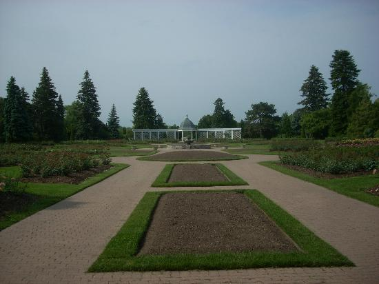 Niagara Parks Botanical Gardens: Beds at the center of the Rose Garden were yet to be planted.