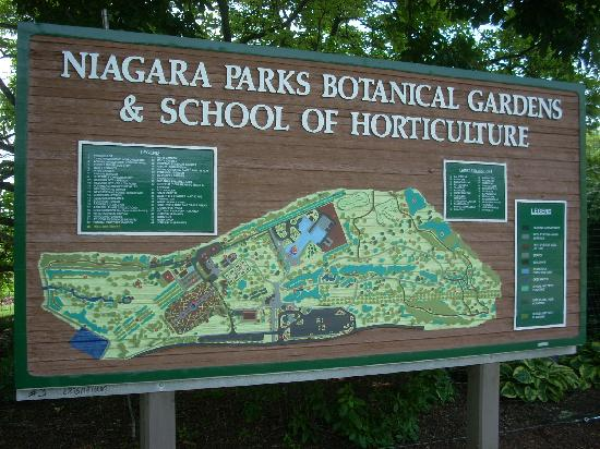 Niagara Parks Botanical Gardens: A map of the gardens is posted as a guide.